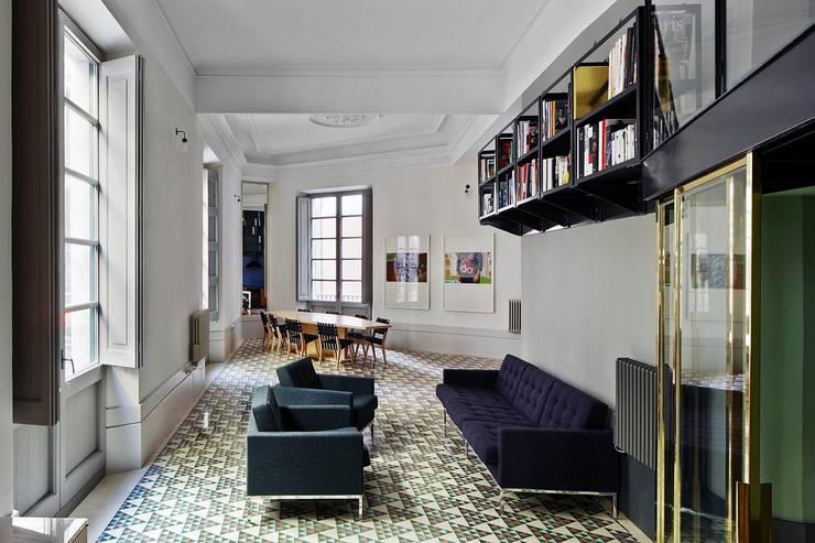 Salas / recibidores de estilo industrial por Brick construcció i disseny
