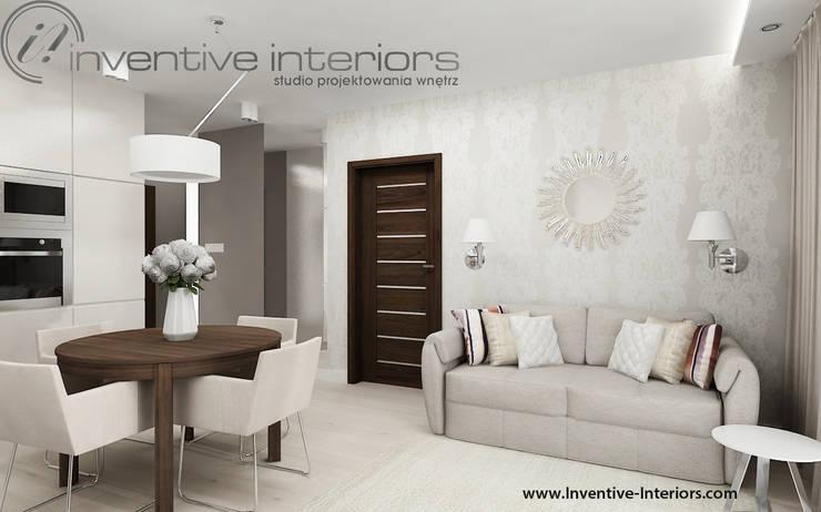 Ekskluzywna tapeta i dekoracyjne lustro w salonie: styl , w kategorii Salon zaprojektowany przez Inventive Interiors,Klasyczny