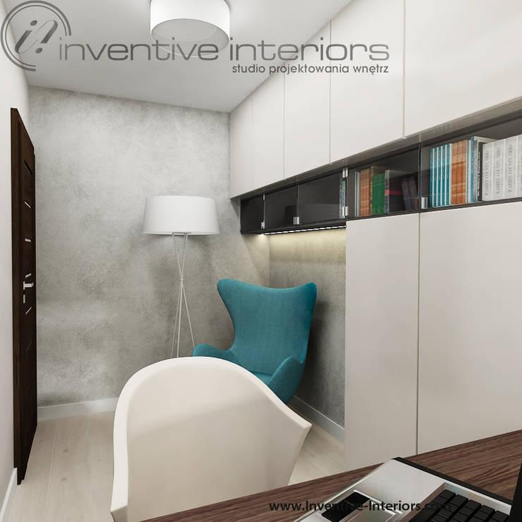 Turkusowy fotel w gabinecie: styl , w kategorii Domowe biuro i gabinet zaprojektowany przez Inventive Interiors,Nowoczesny Beton