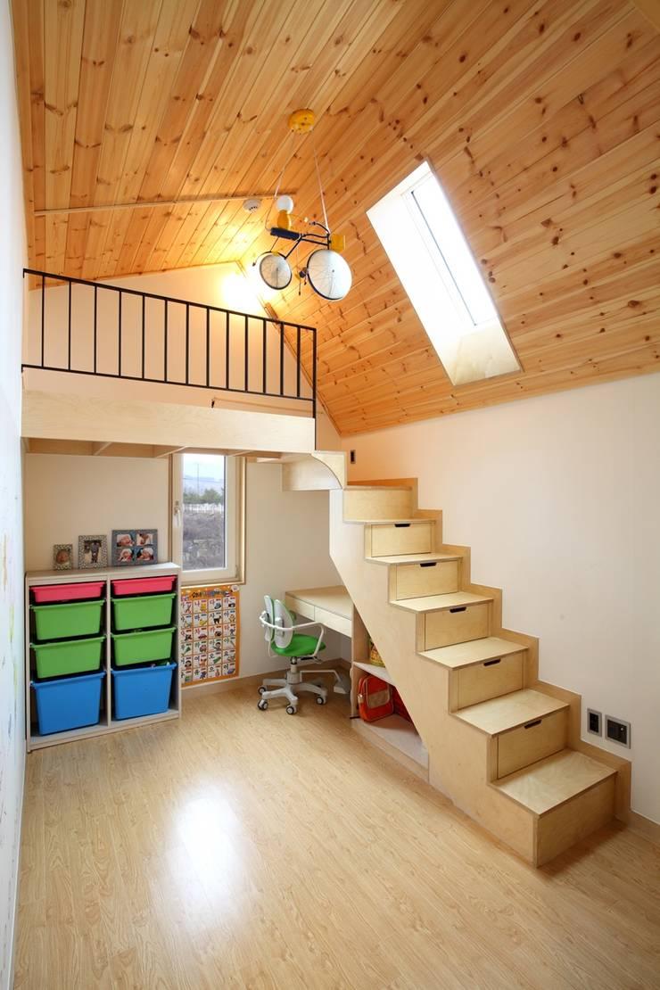 Moderner Flur, Diele & Treppenhaus von 위드하임 Modern