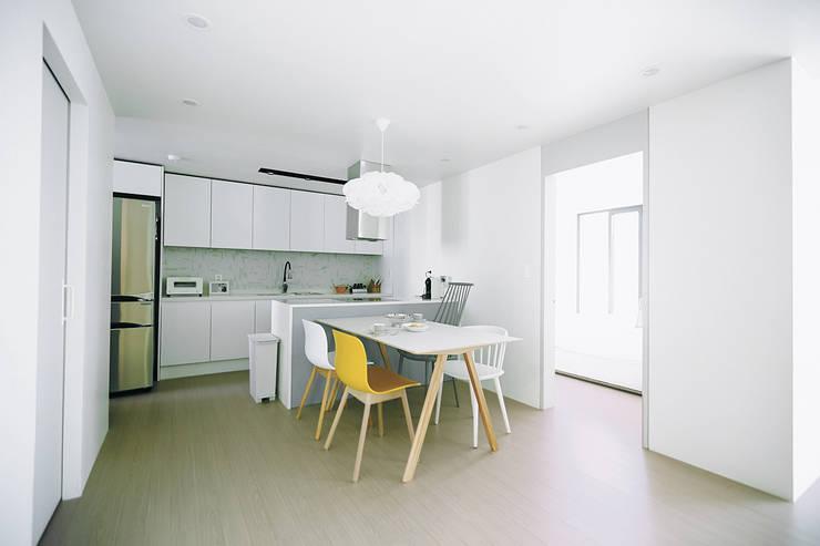압구정 한양아파트: 샐러드보울 디자인 스튜디오의  다이닝 룸