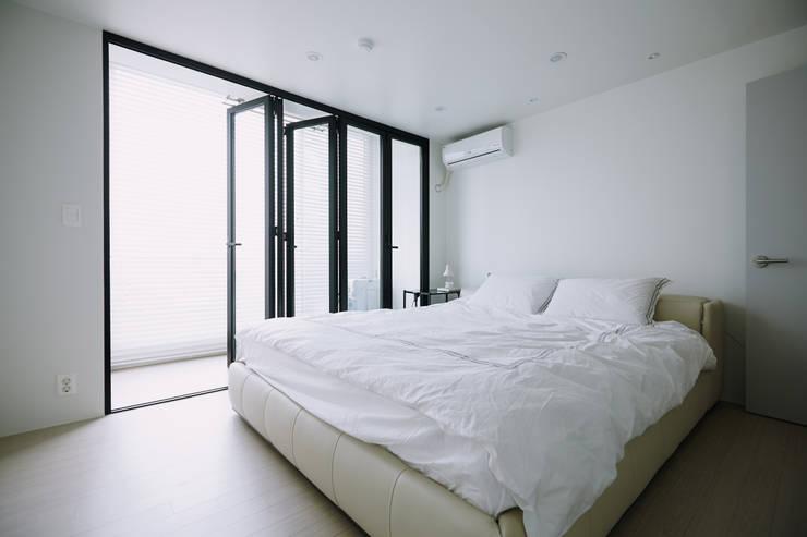 Projekty,  Sypialnia zaprojektowane przez 샐러드보울 디자인 스튜디오