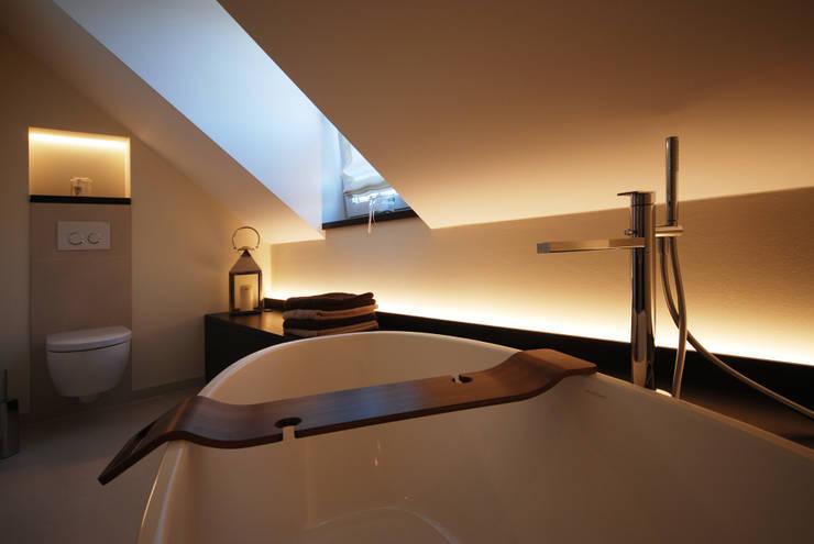 Baños de estilo  por INNEN LEBEN