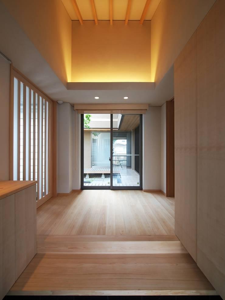 自然の息吹を感じる家: 株式会社蔵持ハウジングが手掛けた廊下 & 玄関です。,