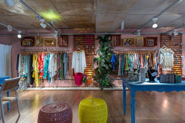 Vista de Frente da loja: Lojas e imóveis comerciais  por Bruno Sgrillo Arquitetura