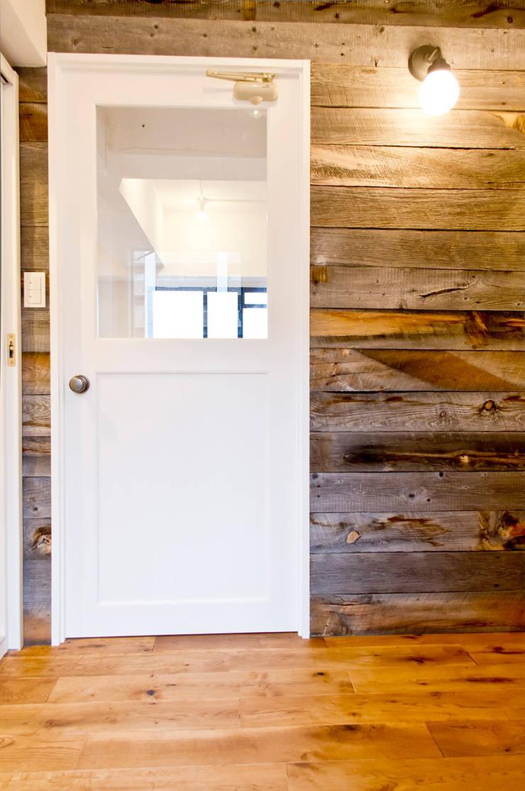 建具と壁面のコントラストが活きる: 株式会社Standardが手掛けた窓です。