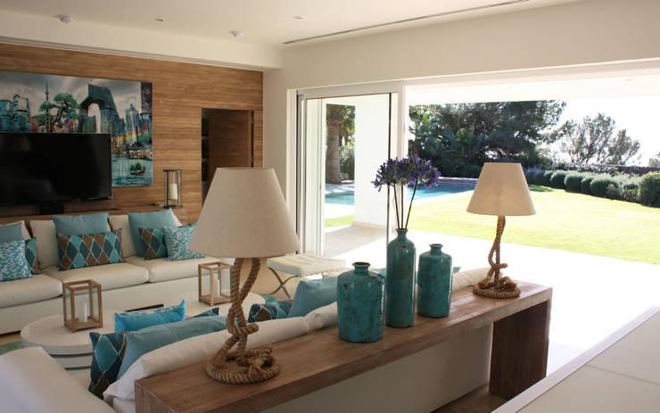 Casas de estilo moderno por Novaforma Ibiza
