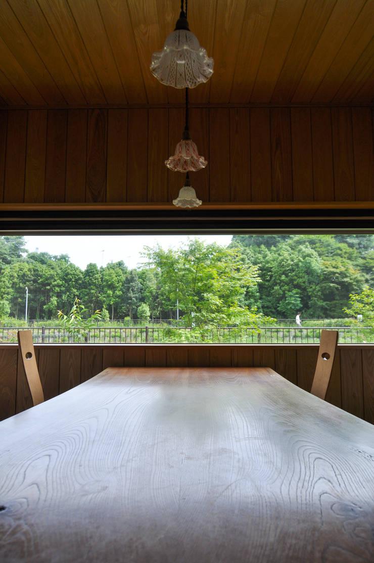 ケヤキの造り付けダイニングテーブル: (株)独楽蔵 KOMAGURAが手掛けた現代のです。,モダン