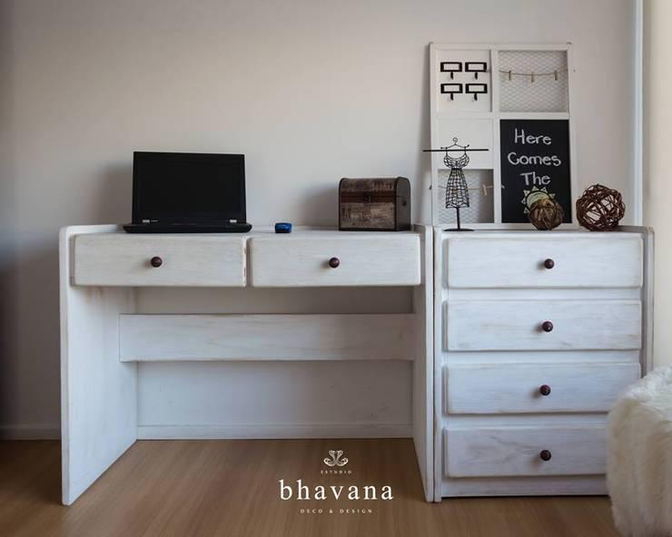Escritorio - Cajonera: Dormitorios de estilo  por Bhavana