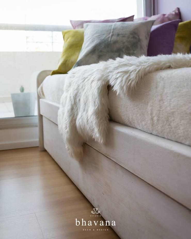 Cama con cátre : Dormitorios de estilo  por Bhavana