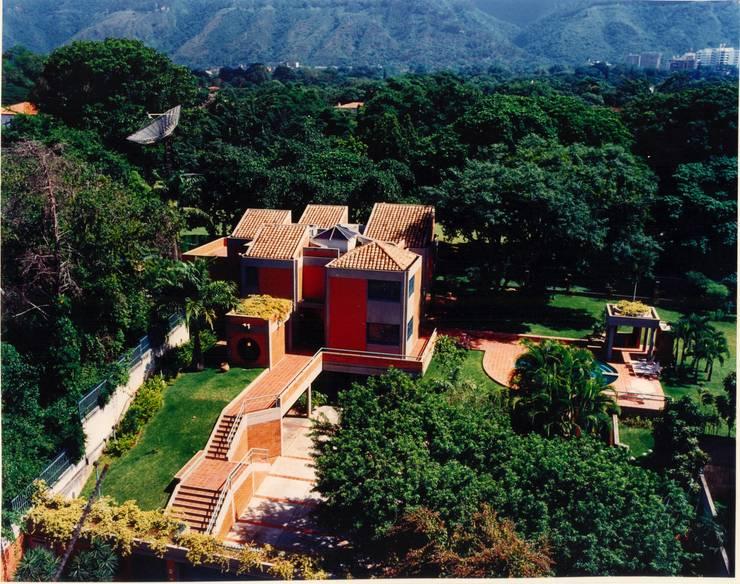 Vista de la casa desde su cara sur, al fondo el campo de golf de la urbanización .: Casas de estilo  por OMAR SEIJAS, ARQUITECTO