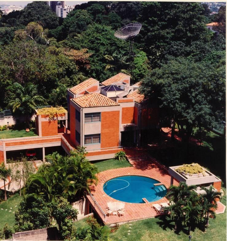 Vista de la fachada oeste y sector piscina.: Casas de estilo  por OMAR SEIJAS, ARQUITECTO