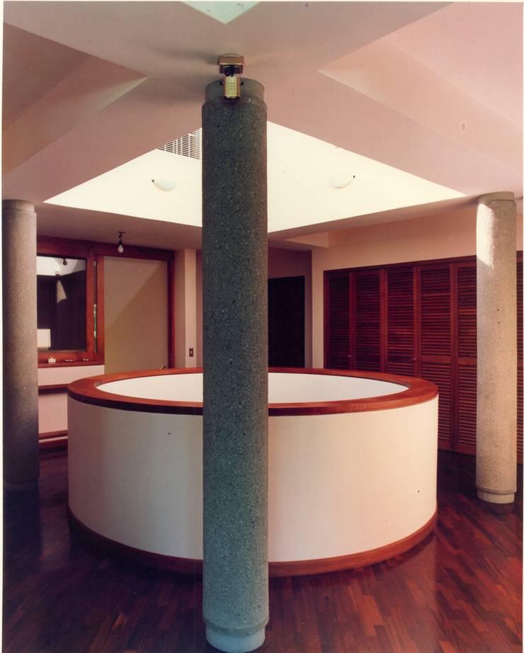 Pasillos de circulación en planta de dormitorios.: Pasillos y vestíbulos de estilo  por OMAR SEIJAS, ARQUITECTO