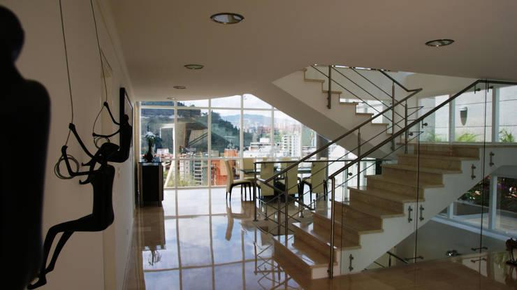 Escalera principal.: Pasillos y vestíbulos de estilo  por OMAR SEIJAS, ARQUITECTO