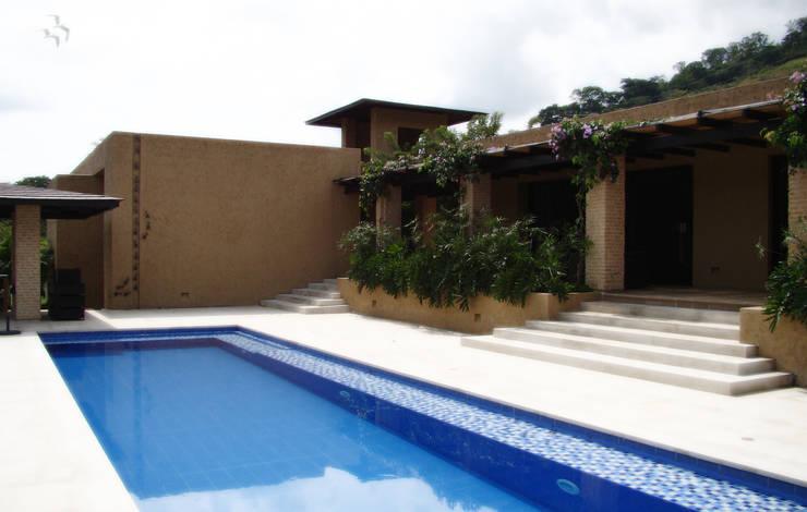 CASA DE LA TORRE: Piscinas de estilo rural por David Macias Arquitectura & Urbanismo