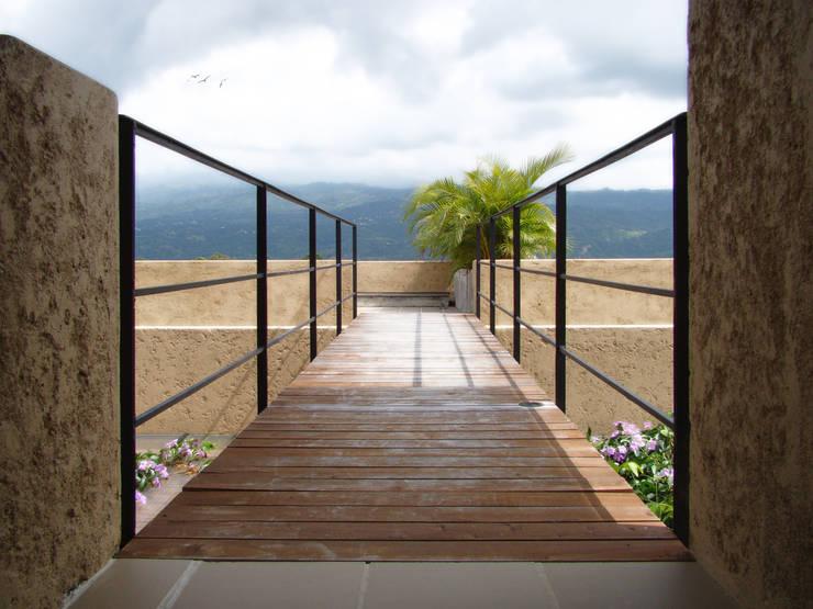 CASA DE LA TORRE: Pasillos y vestíbulos de estilo  por David Macias Arquitectura & Urbanismo
