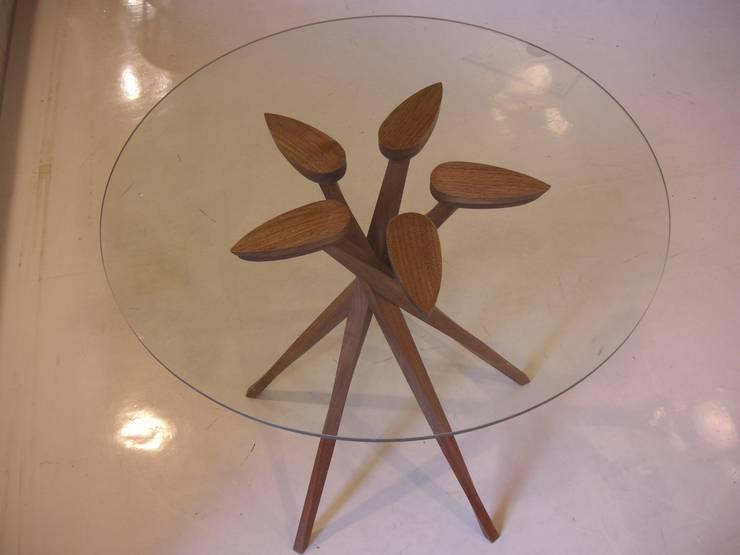 ペンタポッドガラステーブル: 森工房が手掛けたダイニングルームです。