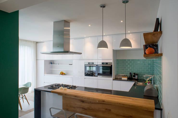 I and Y residency: moderne Keuken door Diego Alonso designs