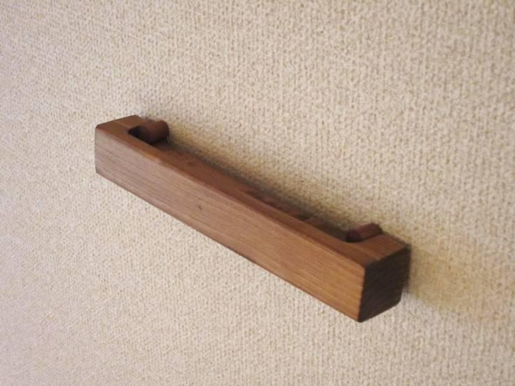 木の壁掛けCDラック&一輪挿し: 作房和樂(サボウワラク)が手掛けたリビングルームです。,