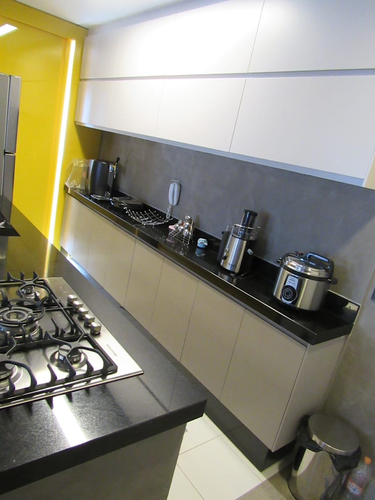 Dapur oleh Escritório de Arquitetura Cláudia Mendonça, Industrial