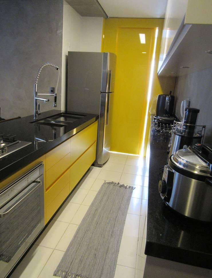 Кухня в стиле лофт от Escritório de Arquitetura Cláudia Mendonça Лофт