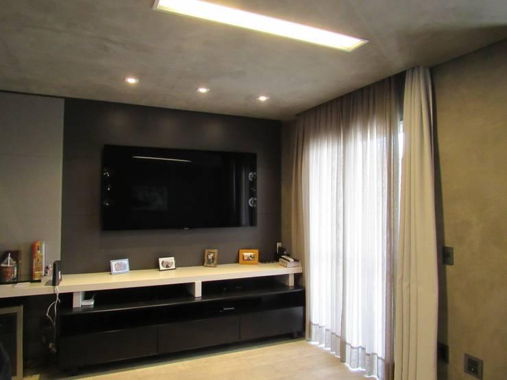 Ruang Keluarga oleh Escritório de Arquitetura Cláudia Mendonça, Industrial