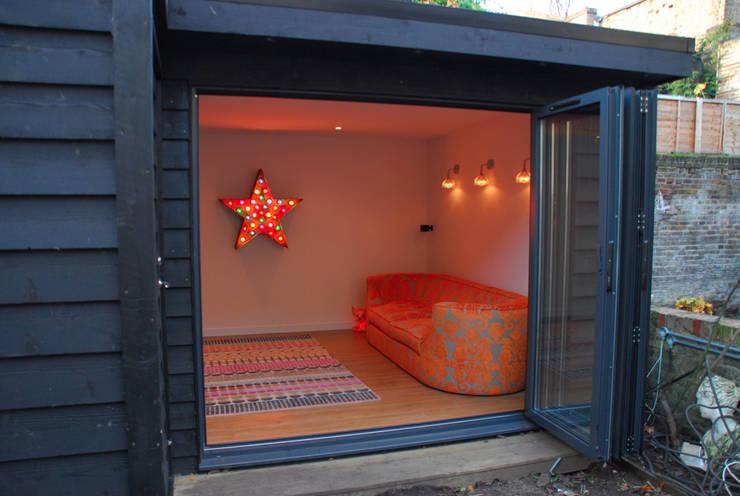 London TV Studio: modern Garden by Garden2Office