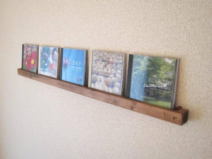 木の壁掛けCDラック: 作房和樂(サボウワラク)が手掛けたリビングルームです。