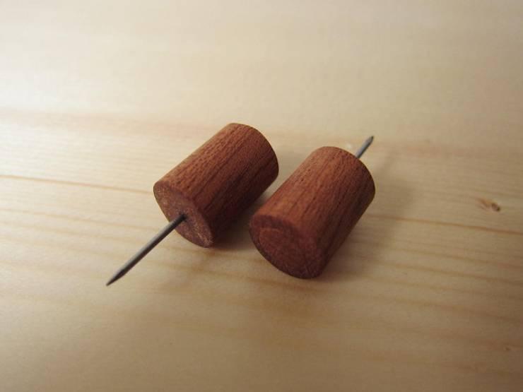 木の壁掛け小引出し: 作房和樂(サボウワラク)が手掛けたリビングルームです。,