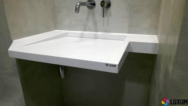 Umywalka z odpływem liniowym w nietypowym kształcie: styl , w kategorii Łazienka zaprojektowany przez Luxum
