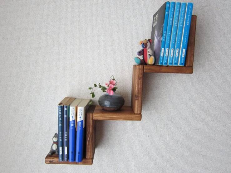 木の壁掛け飾り棚-A: 作房和樂(サボウワラク)が手掛けたリビングルームです。