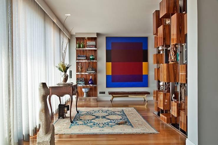 Apartamento São Sebastião: Corredores e halls de entrada  por Artica by CSS