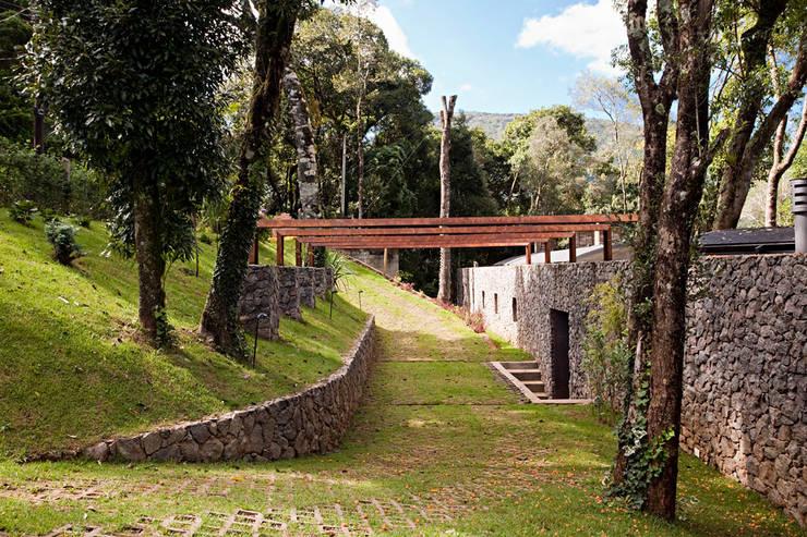 Casa Joaci de Oliveira: Casas  por Enrico Benedetti Arquitetos