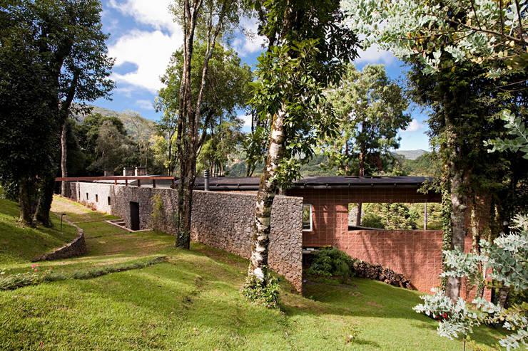 Casa Joaci de Oliveira: Casas campestres por Enrico Benedetti Arquitetos
