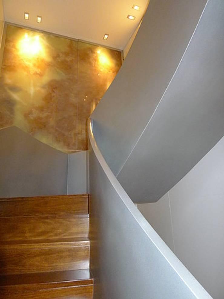 Pasillos, vestíbulos y escaleras de estilo moderno de Artica by CSS Moderno