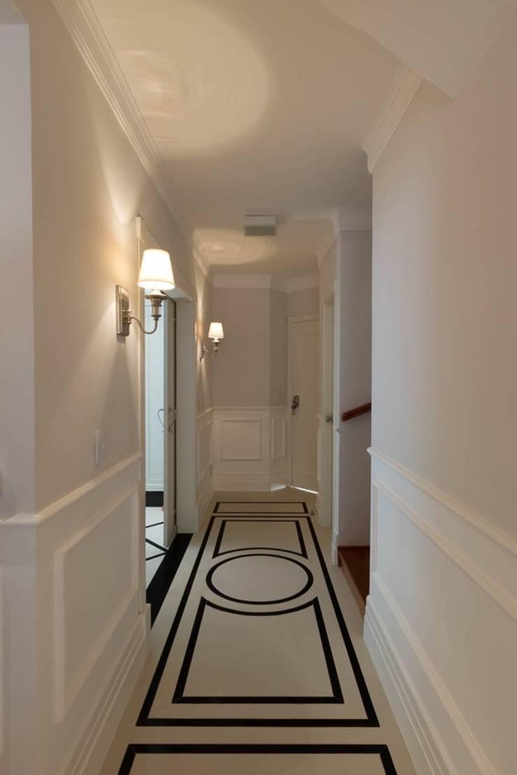 Hall de entrada Salas de estar clássicas por Piloni Arquitetura Clássico