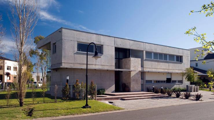 Vista hacia el acceso Casas modernas: Ideas, imágenes y decoración de JV&ARQS Asociados Moderno Hormigón
