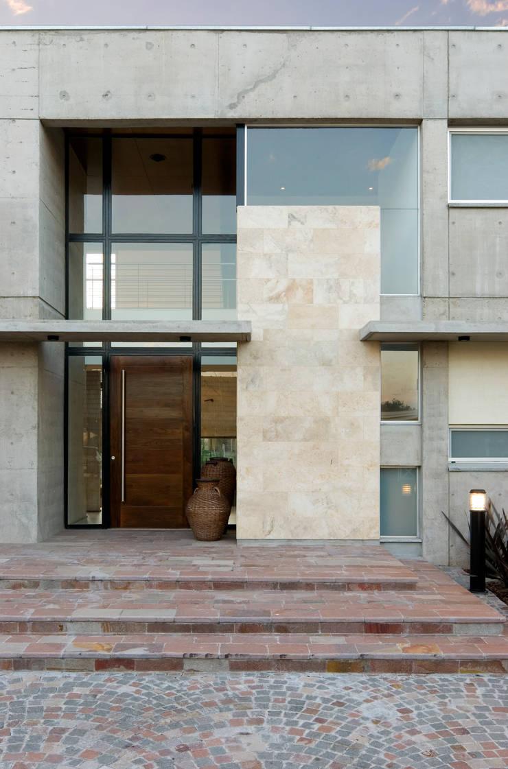 Vista Acceso Casas modernas: Ideas, imágenes y decoración de JV&ARQS Asociados Moderno