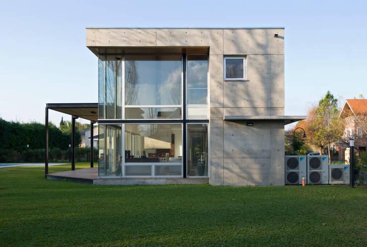 Vista Lateral desde jardin Casas modernas: Ideas, imágenes y decoración de JV&ARQS Asociados Moderno