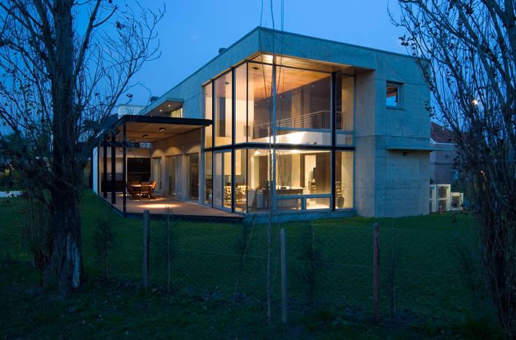 Vista Nocturna hacia living y galeria Casas modernas: Ideas, imágenes y decoración de JV&ARQS Asociados Moderno