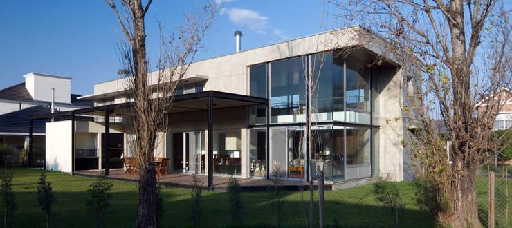 Vista fachada hacia jardin Casas modernas: Ideas, imágenes y decoración de JV&ARQS Asociados Moderno
