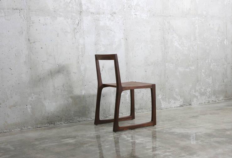 의자 / line chair: JEONG JAE WON Furniture 정재원 가구의  다이닝 룸,