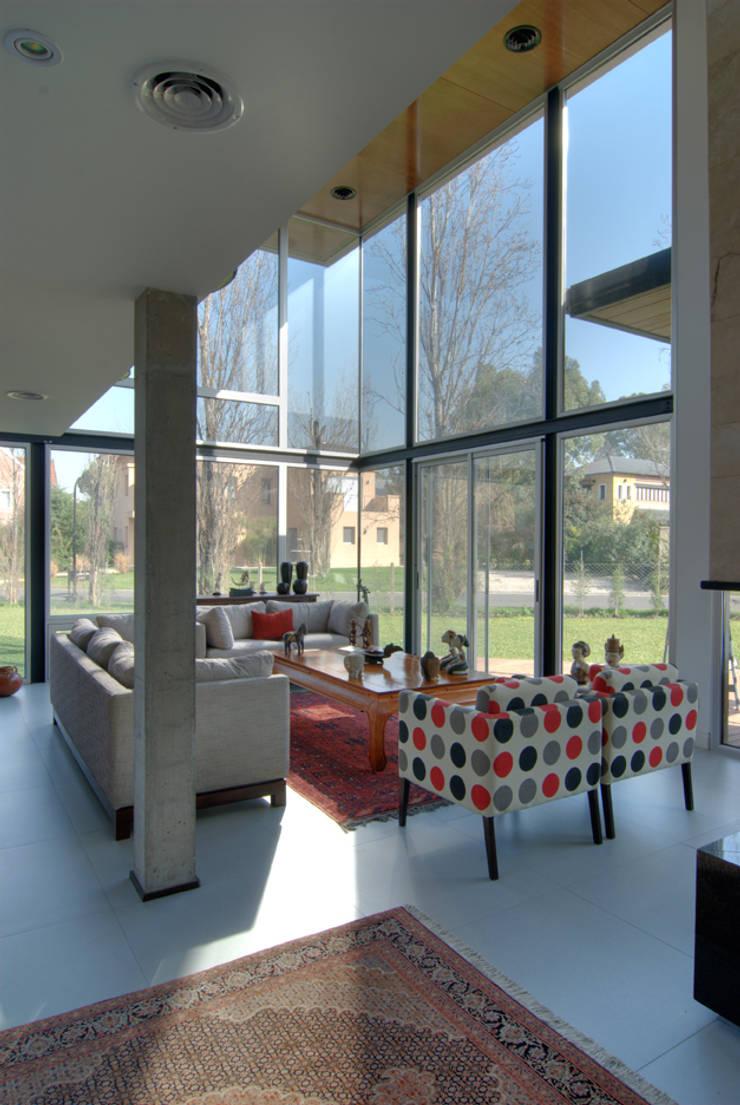 Vista living doble altura Livings modernos: Ideas, imágenes y decoración de JV&ARQS Asociados Moderno