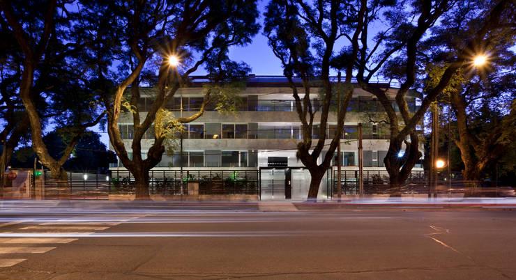 Vista desde la calle: Terrazas de estilo  por JV&ARQS Asociados