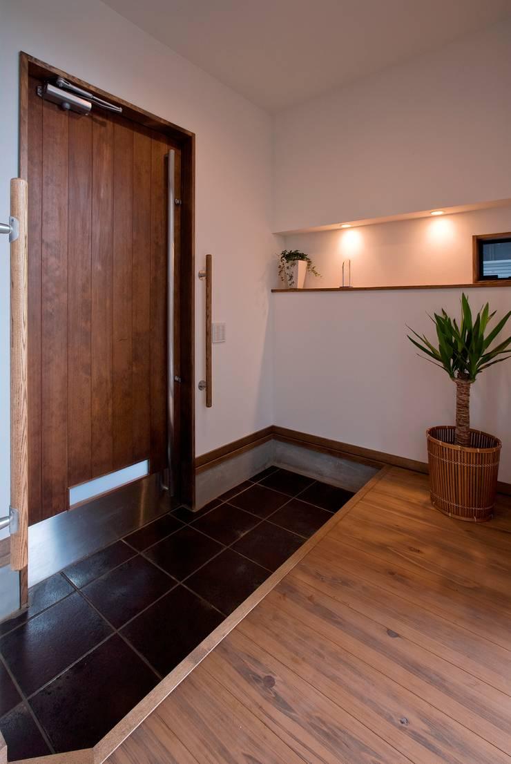 新田の家: 空間設計室/kukanarchiが手掛けた廊下 & 玄関です。,