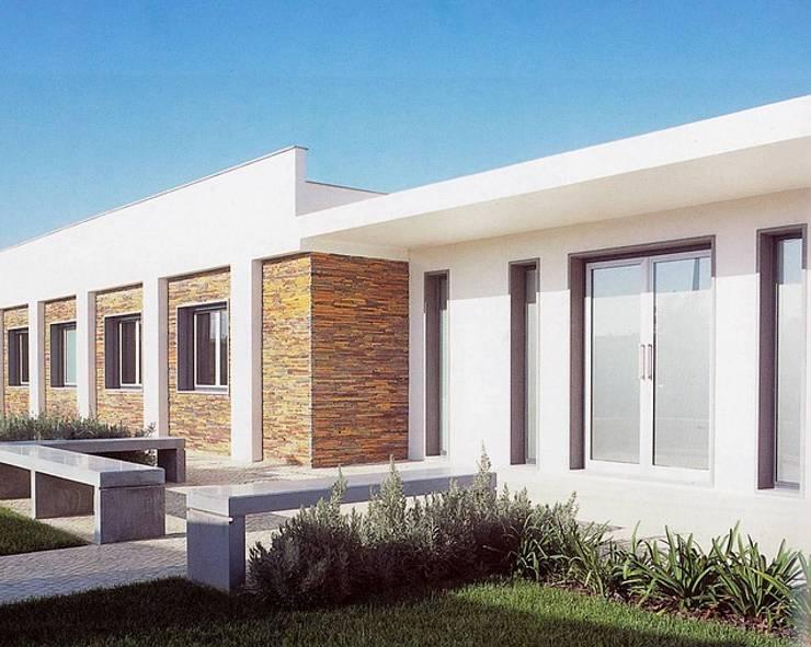 MORADIA SARILHOS GRANDES: Casas  por Artica by CSS