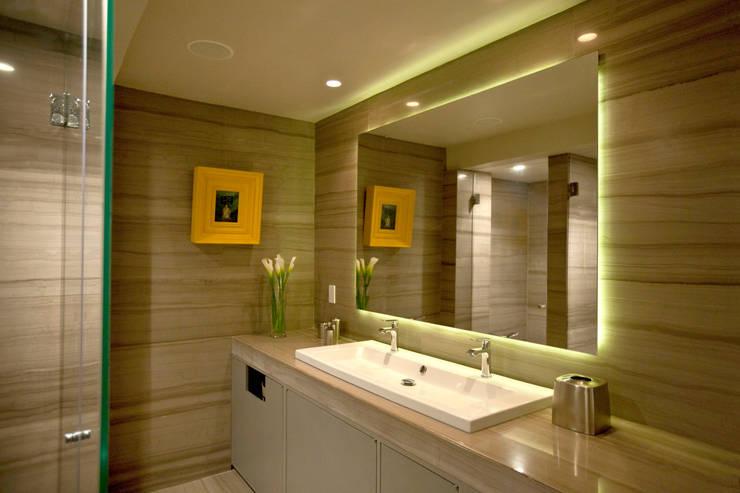 Baños de estilo  por MAAD arquitectura y diseño