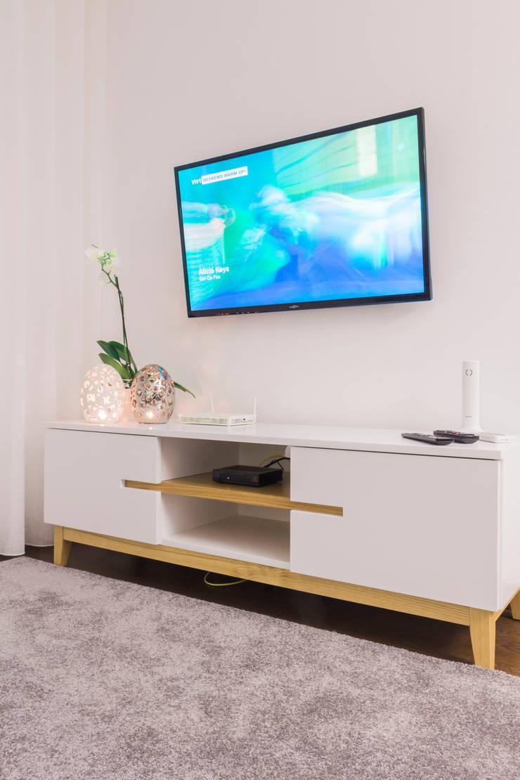 Móvel de TV .: Sala de estar  por Alma Braguesa Furniture