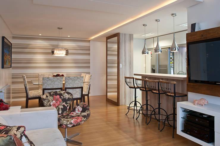 Contraste Elegante: Salas de jantar  por Taísa Festugato Arquitetura