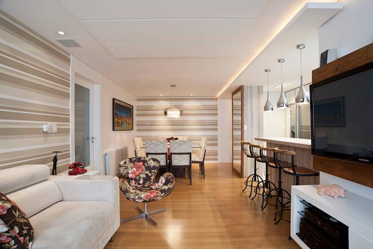 Contraste Elegante: Salas de estar  por Taísa Festugato Arquitetura